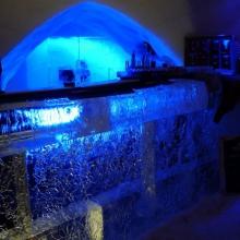 Theke der Eisbar ist stimmungsvoll beleuchtet